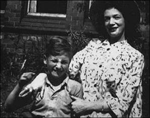 John Lennon en Julia Lennon (1949)